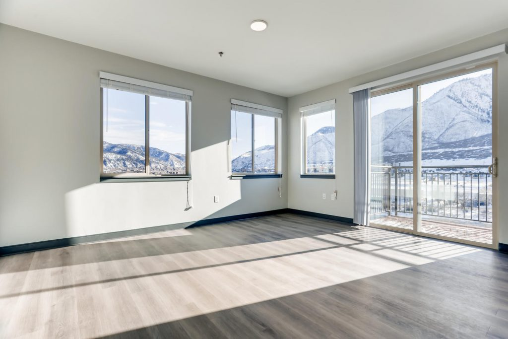 Open livnig space with mountain Views - Six Canyon Apartments